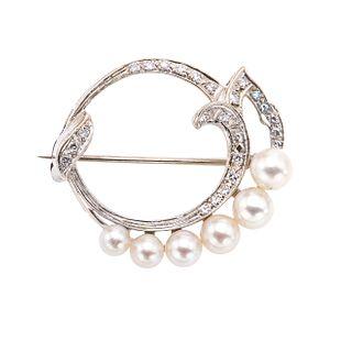 Prendedor vintage con perlas y diamantes en oro blanco de 14k. 6 perlas cultivadas color crema de 3 a 5 mm.