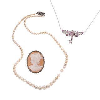 Gargantilla, camafeo y collar con perlas y rubíes en plata .925. 13 rubíes corte redondo. Peso: 23.3 g.