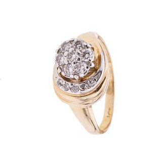 Anillo con diamantes en oro amarillo de 14k. 12 diamantes corte brillante y 8 x 8. Talla: 5 1/2. Peso: 4.2 g.