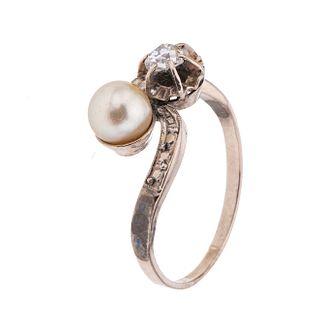 Anillo vintage con perla y diamante en oro blanco de 10k. 1 perla color crema de 6 mm. 1 diamante corte antiguo 0.15 ct.