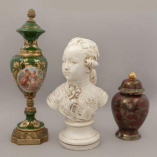 Lote de artículos decorativos. SXX. Elaborados en cerámica policromada, metal dorado y resina. Consta de: 2 tibores y busto de infante.
