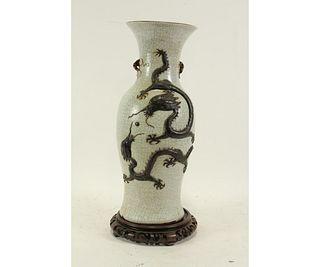 19th CENTURY CHINESE CRACKLE GLAZE VASE