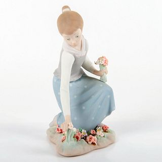 Girl with Flowers 1011172 - Lladro Porcelain Figure