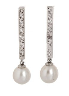 Pair of long bar earrings in 18 kts. white gold, with brilliant-cut diamonds set in plate with a total weight of 0.40 ctes