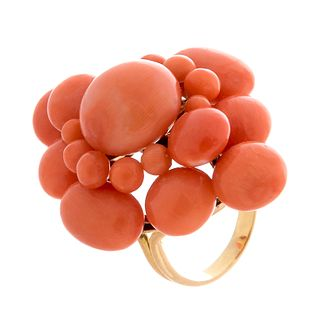 Ring in 18kt yellow gold and coral cabochons. France, 19th century.