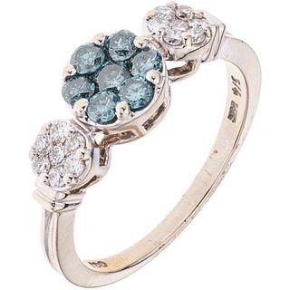 ANILLO CON DIAMANTES EN ORO BLANCO DE 14K con diamantes azules (tratados) corte brillante ~0.42 ct. Peso: 3.5 g. Talla: 7 | RING WITH DIAMONDS IN 14K