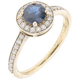 ANILLO CON ZAFIRO Y DIAMANTES EN ORO BLANCO DE 14K con un zafiro corte redondo ~0.60ct con diamantes corte brillante~0.25 ct. Talla: 5¾ | RING WITH SA