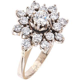 ANILLO CON DIAMANTES EN ORO BLANCO DE 14K con un diamante corte brillante ~0.25 ct Claridad: SI2-I1 y diamantes corte brillante ~0.60ct | RING WITH DI