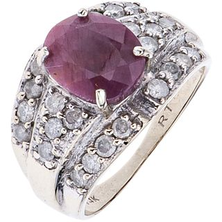 ANILLO CON RUBÍ Y DIAMANTES EN ORO BLANCO DE 14K un rubí corte oval ~2.20 ct y diamantes corte brillante ~0.70 ct. Talla: 6 ¾ | RING WITH RUBY AND DIA