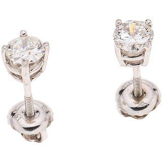 PAR DE BROQUELES CON DIAMANTES EN ORO BLANCO DE 14K con diamantes corte brillante ~0.65 ct Claridad: SI1-SI2 Color: I-J | PAIR OF STUD EARRINGS WITH D