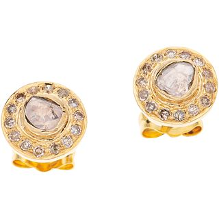 PAR DE BROQUELES CON DIAMANTES EN ORO AMARILLO DE 14K con diamantes corte 8x8 y lajas ~0.35 ct. Peso: 1.6 g | PAIR OF STUD EARRINGS WITH DIAMONDS IN 1