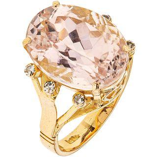 ANILLO CON MORGANITA Y DIAMANTES EN ORO AMARILLO DE 14K con una morganita corte oval ~9.0 ct y diamantes corte 8x8 ~0.06 ct | RING WITH MORGANITE AND