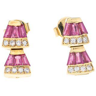PAR ARETES CON RUBÍES Y DIAMANTES EN ORO AMARILLO DE 14K con rubíes corte trapezoide ~0.60 ct y diamantes corte brillante ~0.16 ct | PAIR OF EARRINGS
