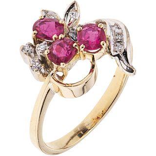ANILLO CON RUBÍES Y DIAMANTES EN ORO AMARILLO DE 14K con rubíes corte oval ~0.45 ct y diamantes corte 8x8 ~0.04 ct. Peso: 2.8 g | RING WITH RUBIES AND