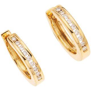 PAR DE ARRACADAS CON DIAMANTES EN ORO AMARILLO DE 18K con diamantes corte brillante ~0.08 ct. Peso: 4.1 g | PAIR OF EAARRINGS WITH DIAMONDS IN 18K YEL