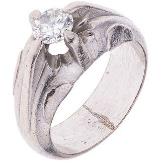 ANILLO CON DIAMANTE EN PLATA PALADIO con un diamante corte brillante ~0.95 ct Color: J-L Claridad: I1-I2 Peso: 15.1 g. Talla: 10 ¾ | RING WITH DIAMOND