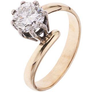 ANILLO SOLITARIO CON DIAMANTE EN ORO AMARILLO DE 14K Y PLATA PALADIO con un diamante corte brillante ~1.10 ct Claridad: I3 Color: K | SOLITAIRE RING W
