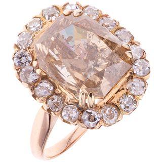 ANILLO CON DIAMANTES EN ORO ROSA DE 18K con un diamante corte esmeralda radiante ~7.55 Claridad: I2-I3 Color: champagne