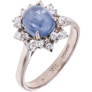 ANILLO CON ZAFIRO Y DIAMANTES EN ORO BLANCO DE 14K Y 10K con un zafiro corte cabujón ~1.20 ct y diamantes corte brillante ~0.16 ct
