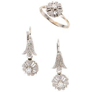 JUEGO DE ANILLO Y PAR DE ARETES CON DIAMANTES EN ORO BLANCO DE 18K con diamantes corte brillante ~0.30 ct