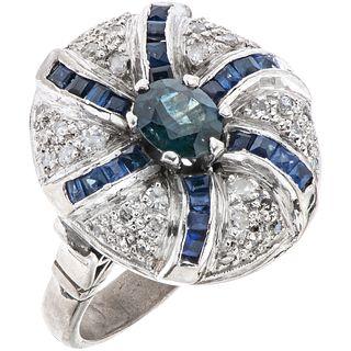ANILLO CON ZAFIROS Y DIAMANTES EN PLATA PALADIO con zafiros distintos cortes ~0.80 ct y diamantes corte 8x8 ~0.35 ct. Peso: 9.1 g