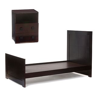 Recámara individual. S XX. Elaborada en madera tallada y enchapada. Color chocolate. Consta de: cama individual, buró y repisa.