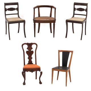 Lote de 4 sillas y sillón. México, SXX. Elaborados en madera. Diferentes estilos.