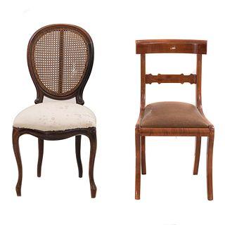 Lote de 2 sillas. México, SXX. Elaboradas en madera. Asientos acojinados, una con respaldo de bejuco y otra escalonada.