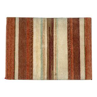 Tapete. SXX. Estilo tibetano. Elaborado en fibras de lana y algodón. Decorado con franjas en tonos café y gris. 180 x 123 cm.