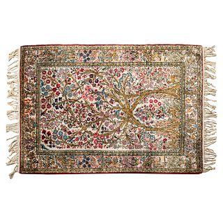 Tapete. SXX. Estilo persa. Fibras naturales, acabado ensedado. Decorado con elementos florales, vegetales y zoomorfos. 160 x 110 cm