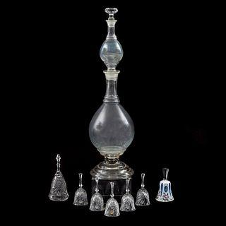 Licorera y 7 campanas. México y Checoslovaquia, SXX. Elaboradas en cristal cortado, vidrio y cristal overlay.
