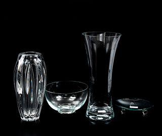 Lote de artículos de mesa. SXX. Elaborados en vidrio y cristal. Consta de: 2 floreros y 2 centros de mesa. Piezas: 4