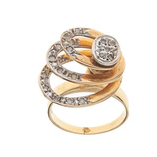Anillo con diamantes en oro amarillo de 14k. 20 diamantes corte 8 x 8. Talla: 5. Peso: 5.7 g.