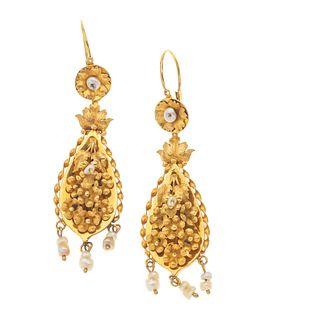 Par de aretes con perlas de río en oro amarillo de 8k. Diseño de filigrana. Peso: 6.8 g.