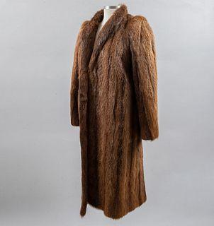 Abrigo. Ca. 1965. Elaborado en piel de mink color y marrón. Talla mediana (aproximadamente).