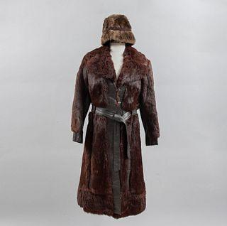 Abrigo y sombrero. Inglaterra, Ca. 1965. Elaborados en piel bovina color marrón y algodón. Tallas medianas (aproximadamente).
