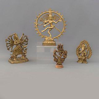 Lote de 4 piezas decorativas India, SXX. Fundiciones en latón y una laminada sobre madera Consta de: Om, Kali, Ganesha y Shiva danzante