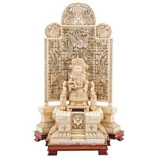 EMPERATRIZ  CHINA, SIGLO XX En marfil tallado y entintado Detalles de conservación  40 x 25 cm aproximadamente
