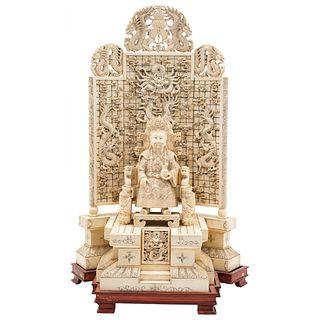EMPERADOR  CHINA, SIGLO XX En marfil tallado y entintado Detalles de conservación  40 x 25 cm