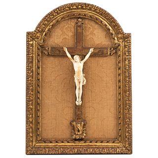 CRISTO Talla en marfil Detalles de conservación. Faltantes (clavo) Medidas totales con marco: 67.2 x 46.4 cm  Cristo: 27 x 13.8 cm
