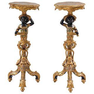 PAR DE PEDESTALES FRANCIA CA.1900 Fustes a manera de moretos venecianos y soportes trípodes  96 x 36 x 32 cm