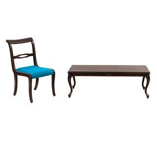 Mesa de centro y silla. SXX. Elaboradas en madera. Silla con respaldo semiabierto y soportes semicurvos.
