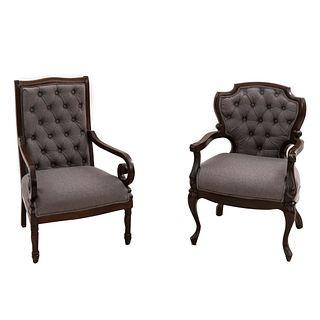 Lote de 2 sillones. SXX. Estructura en madera. Tapicería de tela color gris. Respaldos cerrados capitonados.