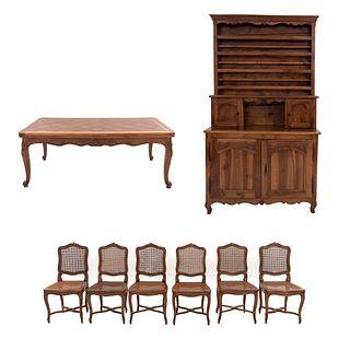 Comedor. Francia, SXX. Estilo Luis XV. Elaborado en madera de nogal. Consta de 6 sillas, mesa y buffet.