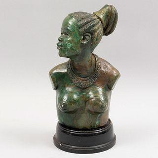 Busto de dama. Zimbabue, sXX. Talla en mármol. Con base de madera. 32 cm de altura.