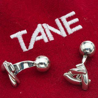 Par de mancuernillas en plata .925 de la firma Tane. Peso: 11.2 g. Funda original.
