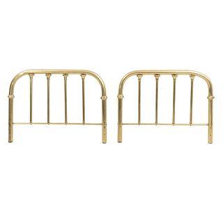 Cabecera y piecera individuales. SXXI. Elaborados en metal dorado. Decorados con barandillas.