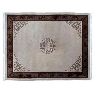 Tapete. SXX. Estilo Pekín. Elaborado en fibras de lana y algodón. Decorado con elementos geométricos y grecas sobre fondo beige.
