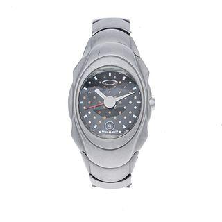 Reloj Oakley. Movimiento automático. Caja oval en acero. Carátula color negro. Pulso acero.