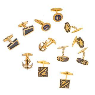 Seis pares de mancuernillas en metal base dorado. Peso: 51.6 g.